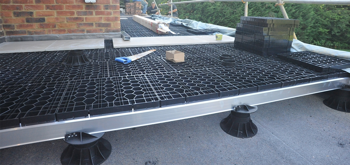 Aluminium sub-frame and paving grating on pedestals